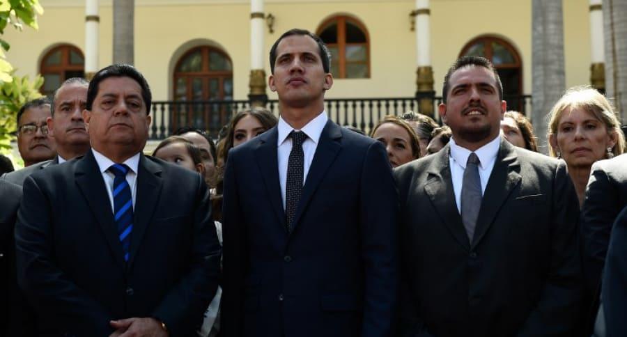 Nuevo presidente de la Asamblea Nacional de Venezuela, Juan Guaidó (centro).