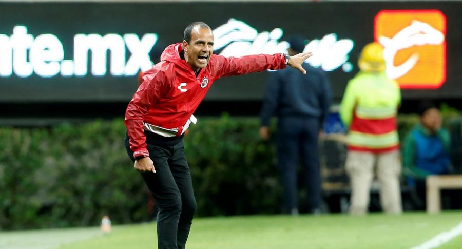 El entrenador de Tijuana, Oscar Pareja, da instrucciones en el estadio Akron