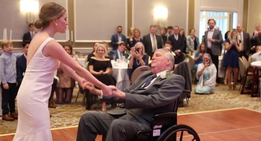 Novia baila con su papá en silla de ruedas.