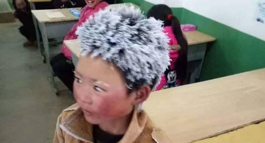 Niño chino de pelo congelado.