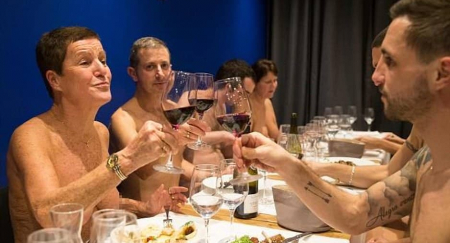 Restaurante nudista en París.