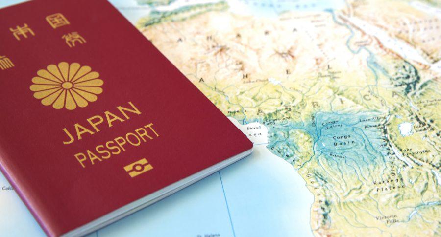 Pasaporte de Japón sobre un mapa de África.