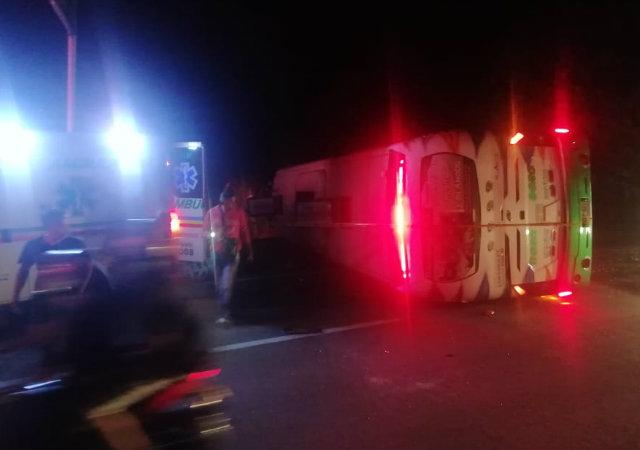 Autobús volcado en la vía Bogotá-Girardot