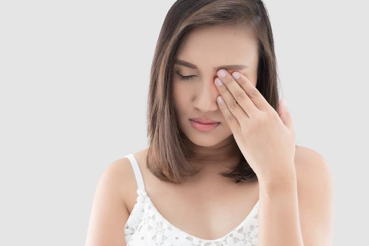 Mujer con dolor en un ojo