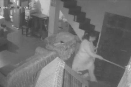 Mujer enfrenta a escoba a ladrones