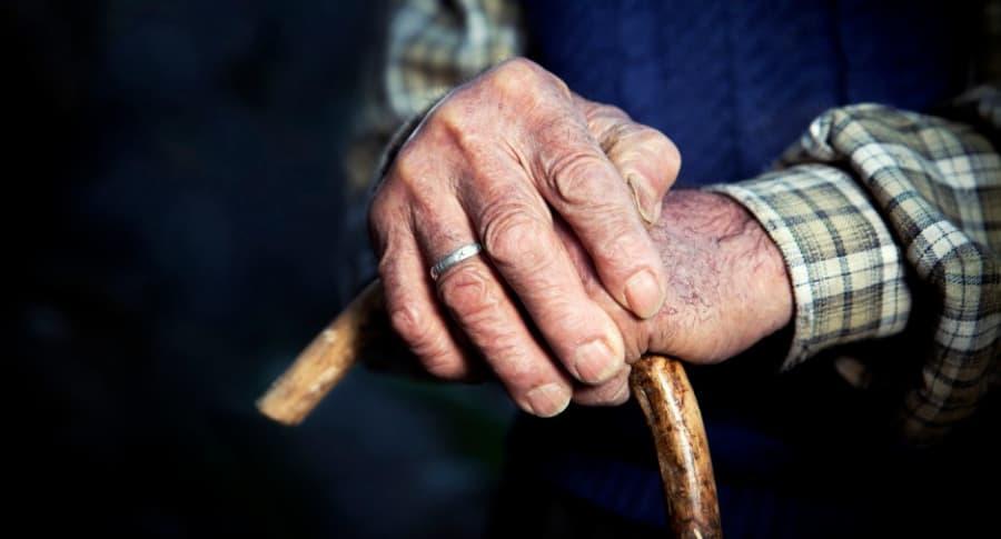 Anciano con bastón.