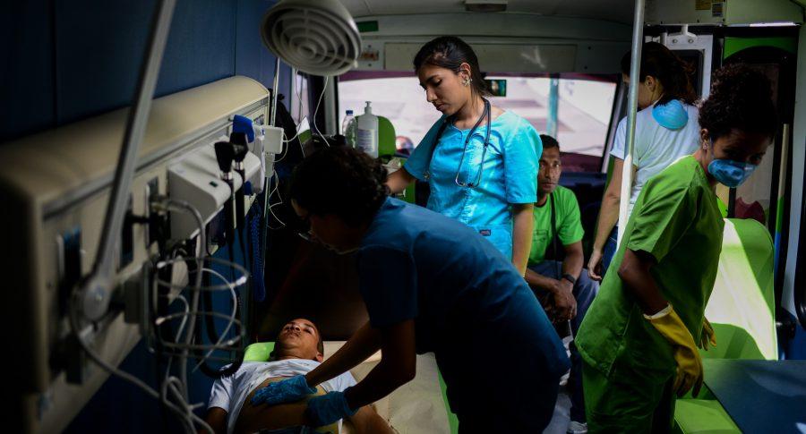 Médicos atienden a pacientes en Caracas