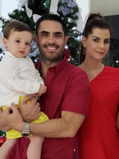 Lincoln Palomeque, actor, con su hijo Matías; su pareja, la presentadora Carolina Cruz; su hermano Juan Pablo; y su sobrina Mariana.