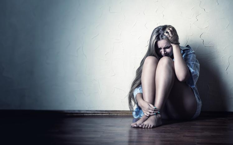 Mujer triste y llorando en el piso