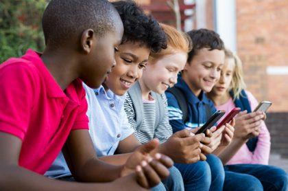 Niños con celulares