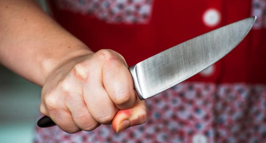 Mujer con un cuchillo.