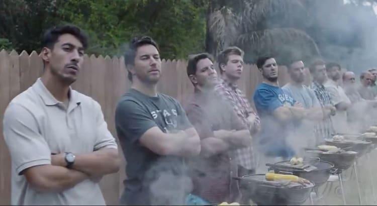 Fila de hombres frente a asadores