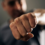 Hombre agresivo lanza puño.