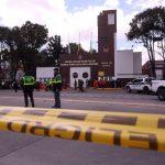 Miembros de la Policía son vistos en la entrada de la Escuela General Santander