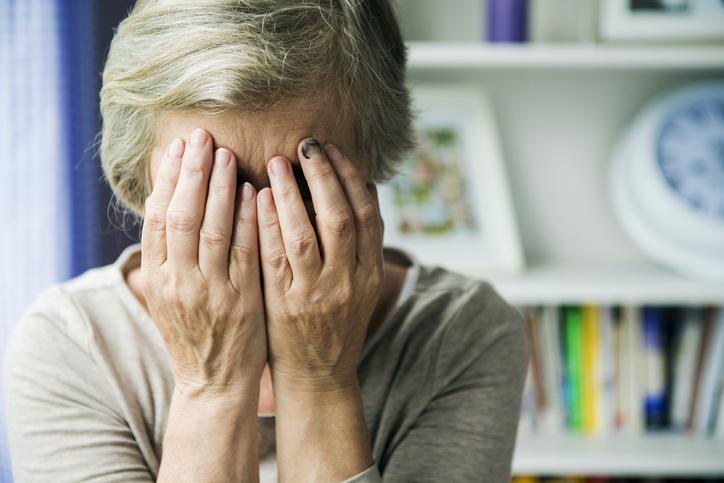 Anciana tapándose los ojos