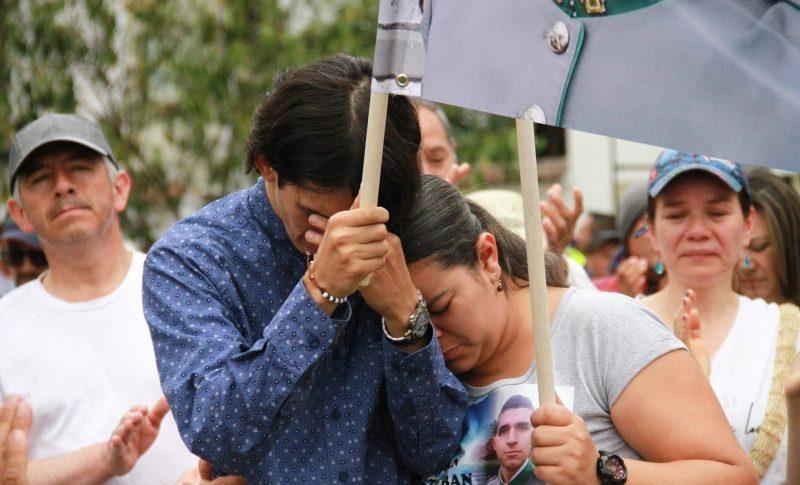 Personas llorando en la movilización.