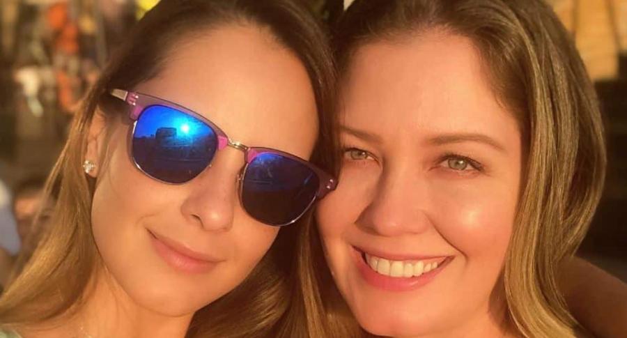 Laura Acuña, presentadora, junto a su hermana Liza.