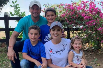 Rochi Stevenson, presentadora, con su esposo Alfredo Varela e hijos Alfredito, Esteban y Mariana.