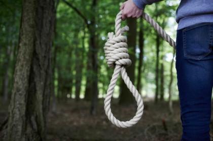 Hombre carga soga para suicidarse.