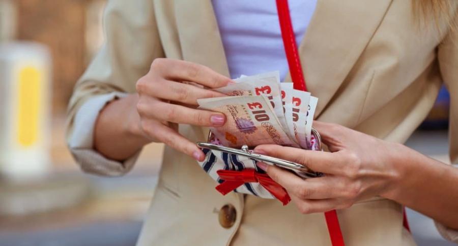 Mujer cuenta libras esterlinas.