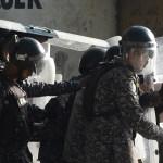 Policías venezolanos con escudos