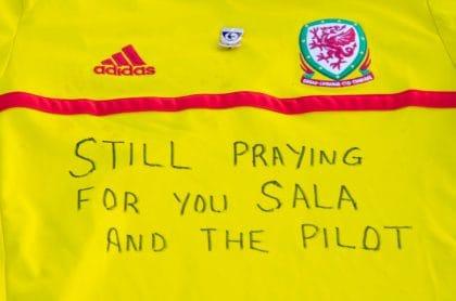 Tributos al jugador Emiliano Sala y al piloto desaparecido