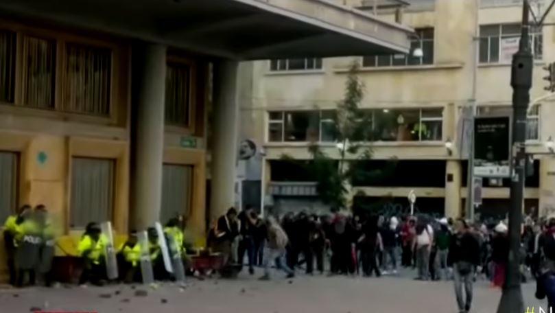 Encapuchados atacaron a policías en el centro de Bogotá
