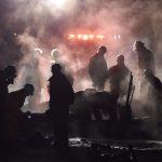 Bomberos apilan cadáveres y apagan el fuego tras explosión