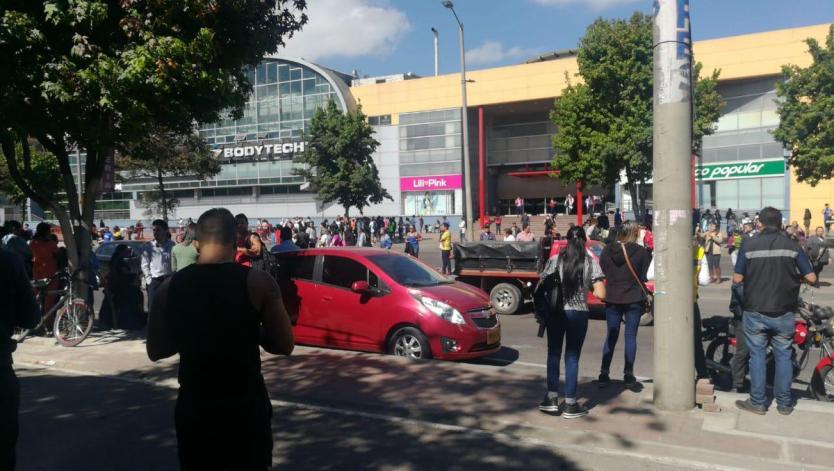 Auto sospechoso frente al centro comercial Plaza Imperial