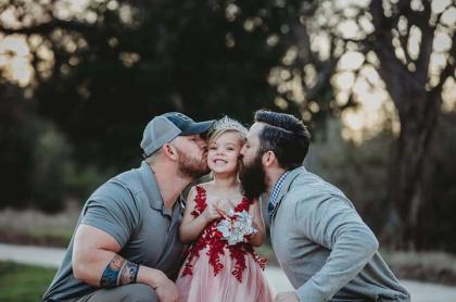 Padre y padrastro con su hija