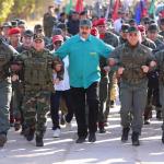 Maduro marchando con militares