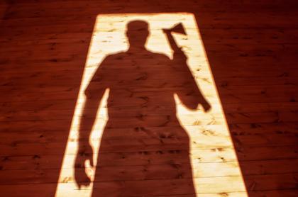 Silueta de asesino con hacha