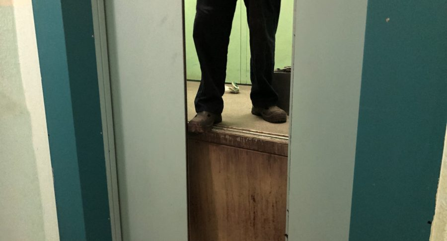 Bomberos abren un elevador averiado.