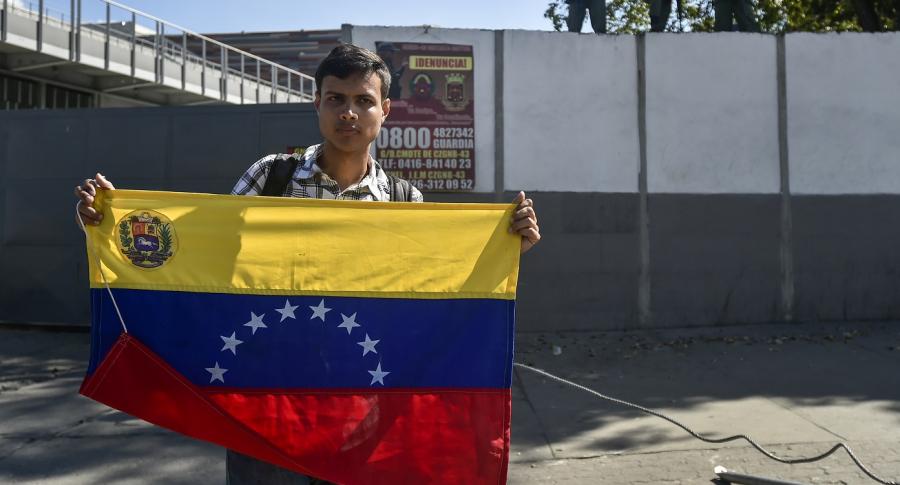 Militar venezolano con una bandera de su país