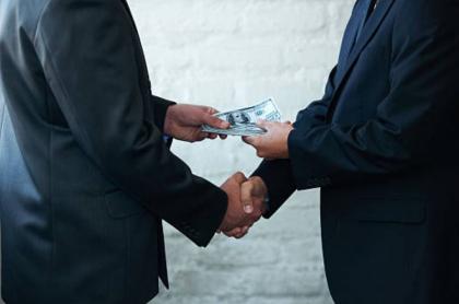 hombre entregando dinero a otro