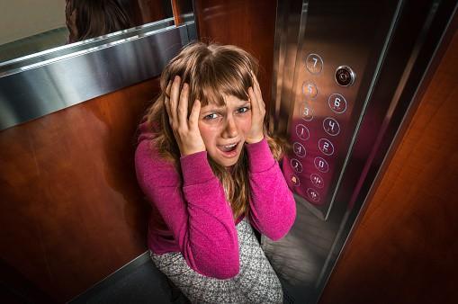 Mujer atrapada en ascensor 'Imagen de ilustración'