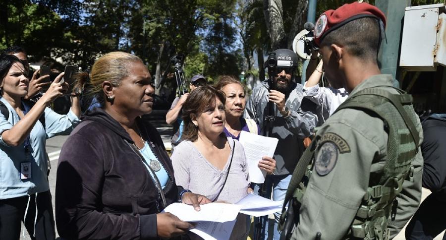 Personas hablan con militar venezolano