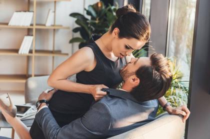 Mujer seduciendo a un hombre