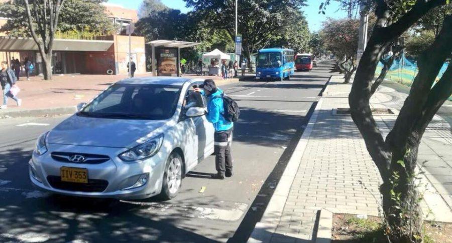 Automóvil circulando en Bogotá