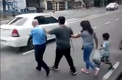 Personas cruzando la calle