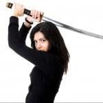 Mujer con espada de samurái.