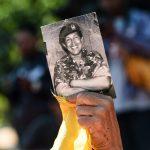 Un activista muestra una imagen de Hugo Chávez