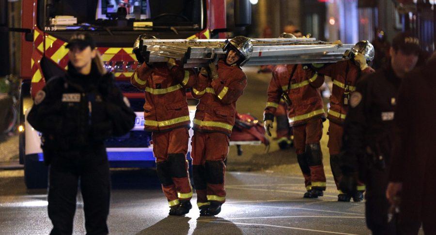 Bomberos apagan incendio en París
