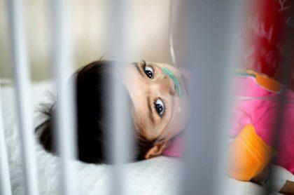 Un niño palestino enfermo de cáncer recibe tratamiento médico