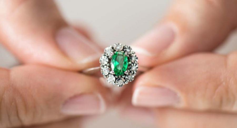 Mujer con anillo de diamantes.