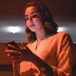 Mujer enviando mensajes de texto.