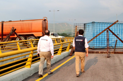 Camiones bloqueando frontera colombovenezolana.