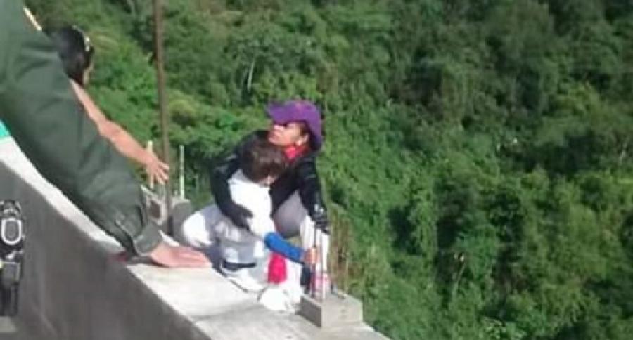 Mujer que se lanzó con su hijo desde puente de Ibagué, Tolima