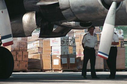 Cajas de ayuda humanitaria afuera de avión