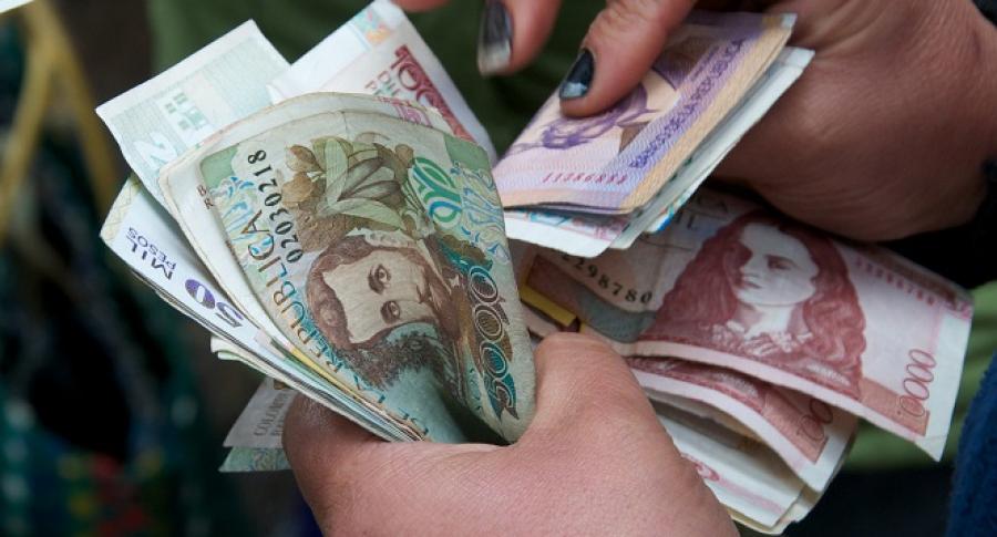 Persona con billetes